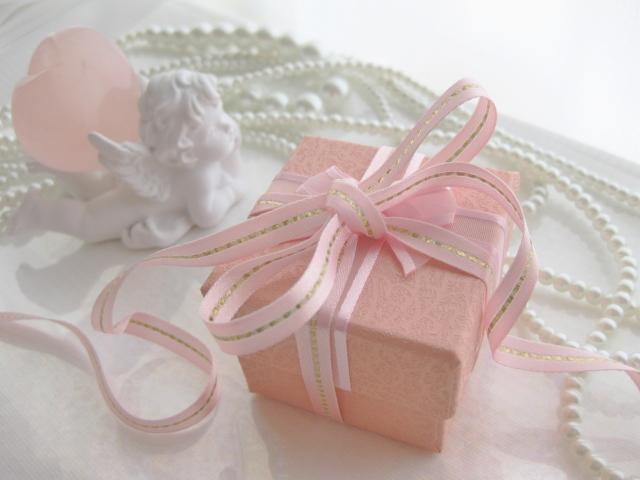 ピンクのリボンがかかったプレゼント