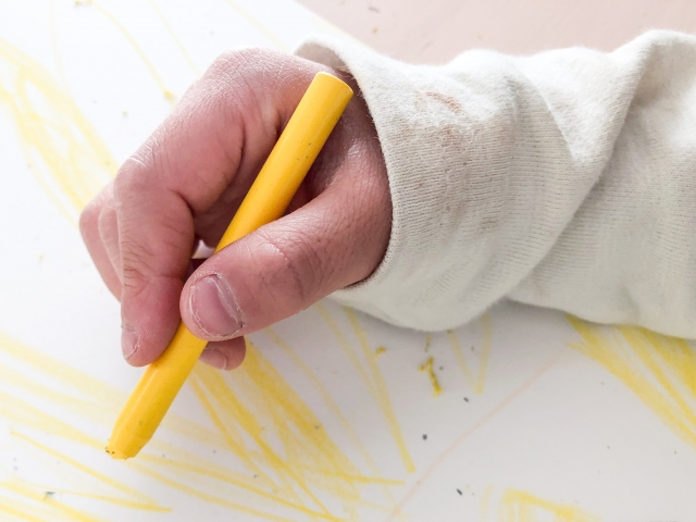 色鉛筆でなぐりがきをしている手